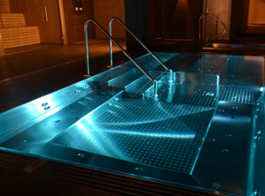 Stainless jacuzzi with loungers en el mejor Spa de Baqueira Beret Vielha. Nuku Spa